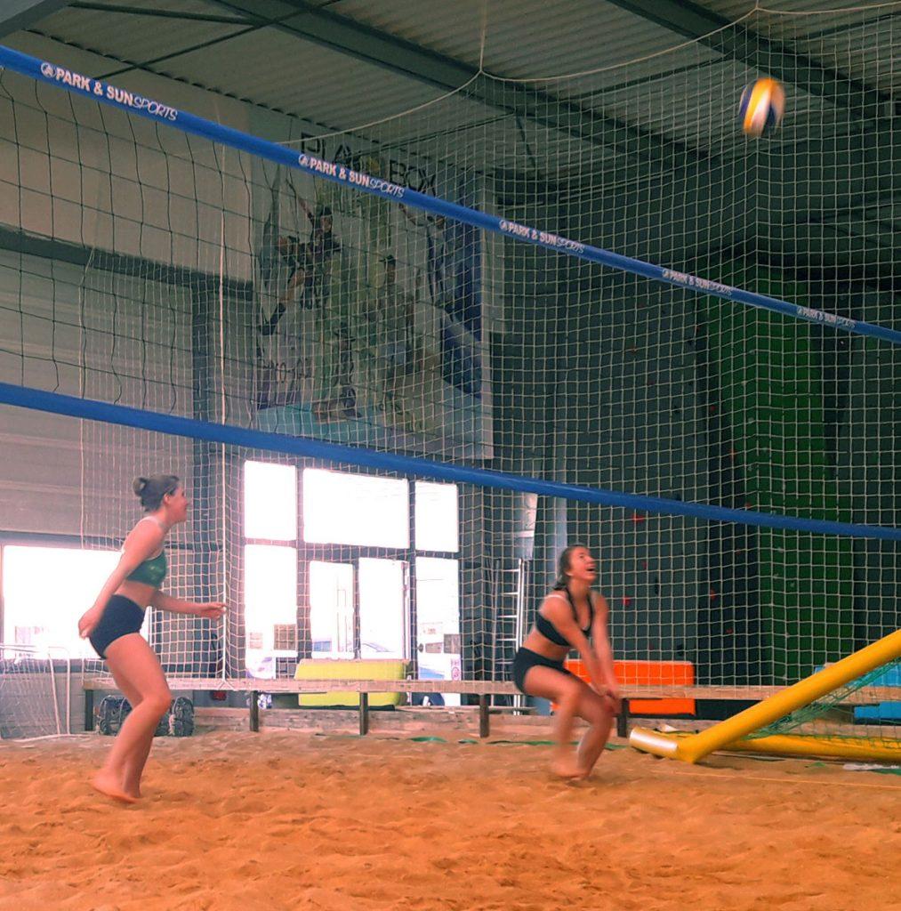Beach volley, volleyball sur sable en intérieur, chez Playbox en Vendée